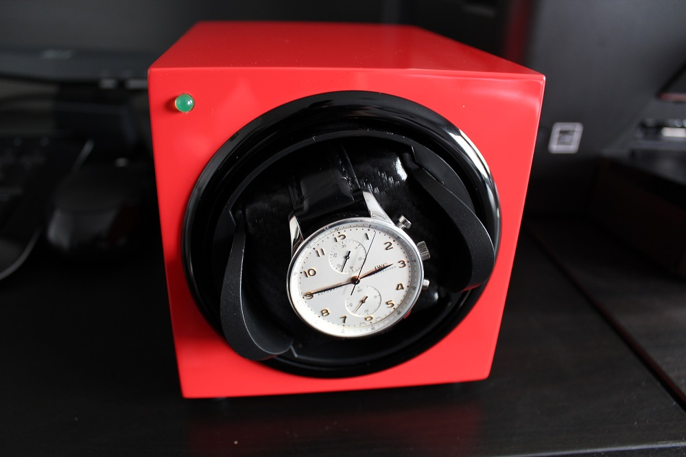 Automatic watch in a watch winder